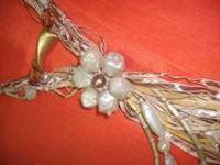En collar de alambre y la cinta de rayas Pedrarias -
