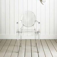 Transparente silla de comedor fantasma / Cena de la silla del fantasma transparente -