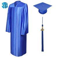 Brillantes vestidos de graduación, casquillos y las borlas del paquete -